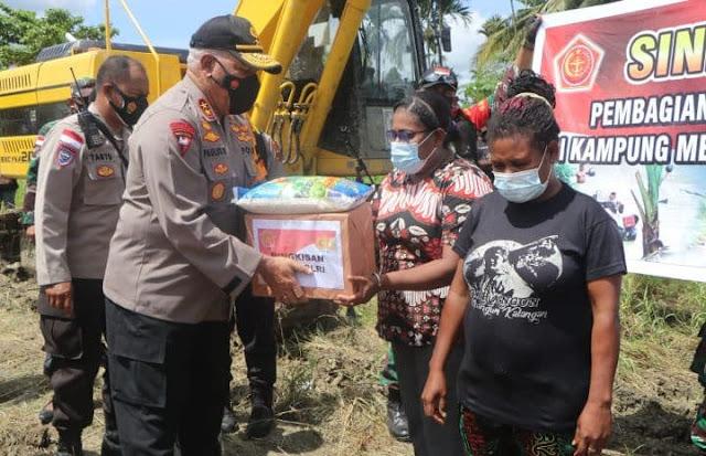Sinergitas TNI-Polri Beri Bantuan ke Warga Terdampak Banjir di Kampung Mamberamo Koya Timur