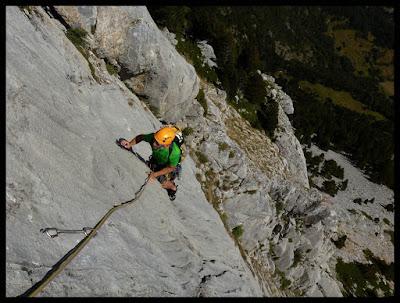 Escalando el tercer largo de la vía Valle de Tena