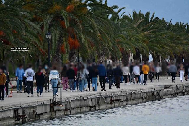 """""""Ξαναζωντάνεψε"""" η παραλία του Ναυπλίου - Ο κόσμος ξεχύθηκε στο λιμάνι για απογευματινή βόλτα"""