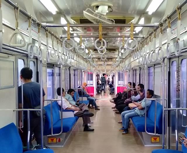Kata Nia Ramadhani Naik KRL (Commuter Line) Itu Nyaman : Sedang Halu Kah Dia?
