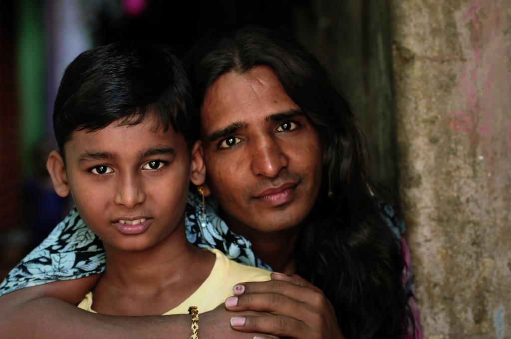 De er blevet latterliggjort, ignoreret og misbrugt: Indiens hijras, mændene i kvindetøj. Men nye tider har indfundet sig i det indiske samfund, hvor hijra'erne nu er blevet accepteret som det tredje køn. I Indien definerer nogle hijraer sig ikke ved specifik seksuel orientering, men snarere ved helt at give afkald på seksualitet, og hvor seksuel energi omdannes til hellige kræfter.
