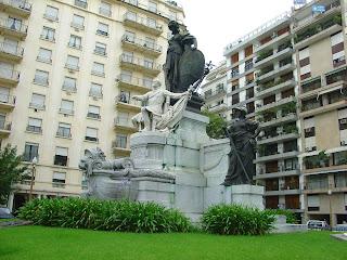 Buenos Aires: Carlos Pelegrini, esculpido em pedra. As outras imagens, esculpidas em bronze.
