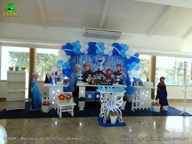 Decoração de aniversário infantil tema Frozen em mesa provençal luxo para festa feminina