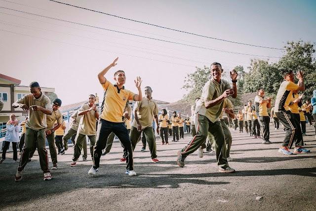 Kapolres Senam Sajojo bersama Warga Papua di Lumajang