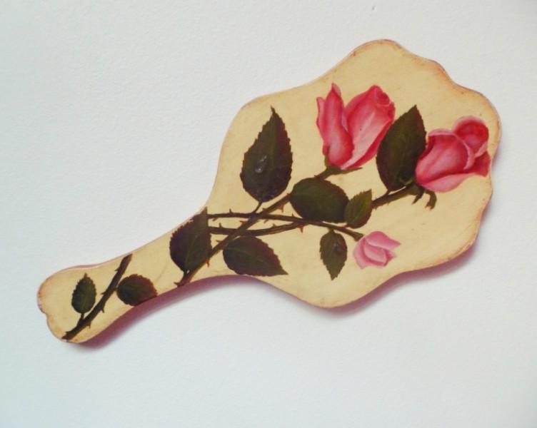 Rosas pintadas en espejo de madera