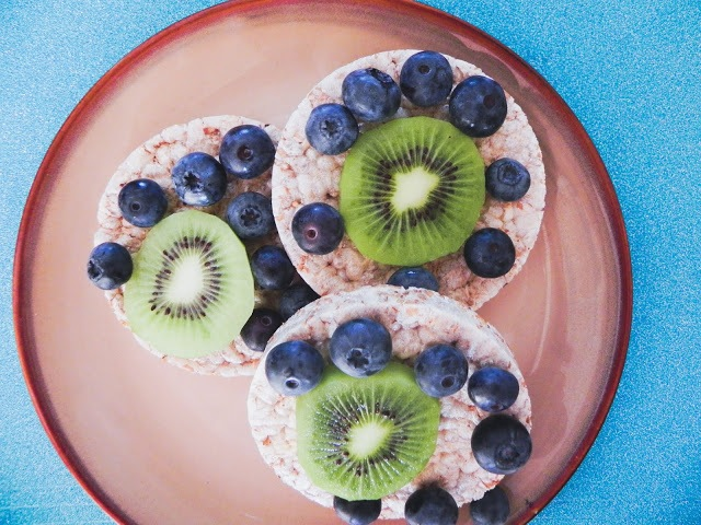 Rice cakes with kiwi and blueberries