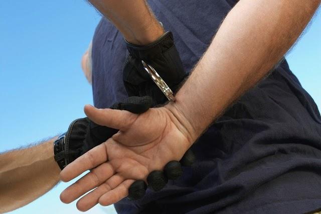 Elszaladt a rendőrök elől, a kocsiban hagyta a nyertes sorsjegyét