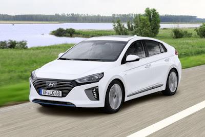 Auto ibrida moderna Hyundai Ioniq