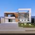 Fachada de casa térrea contemporânea cinza e branca com jogo de lajes e vigas aéreas!