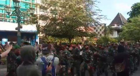 Barisan TNI Datang, Massa Jogja Memanggil Bertepuk Tangan
