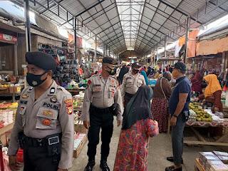 Cegah Gangguan Kamtibmas dan Terapkan Prokes, Kanit Sabhara Polsek Enrekang Patroli Pasar Sentral
