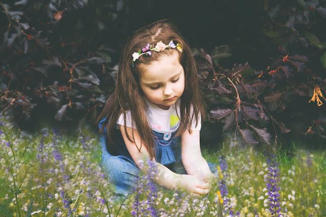 Kleines Mädchen, Frühling, Blumen, Flowercrown, Kinderfotografie Frankfurt
