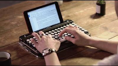 Tastiera Bluetooth che ricorda vecchia macchina da scrivere