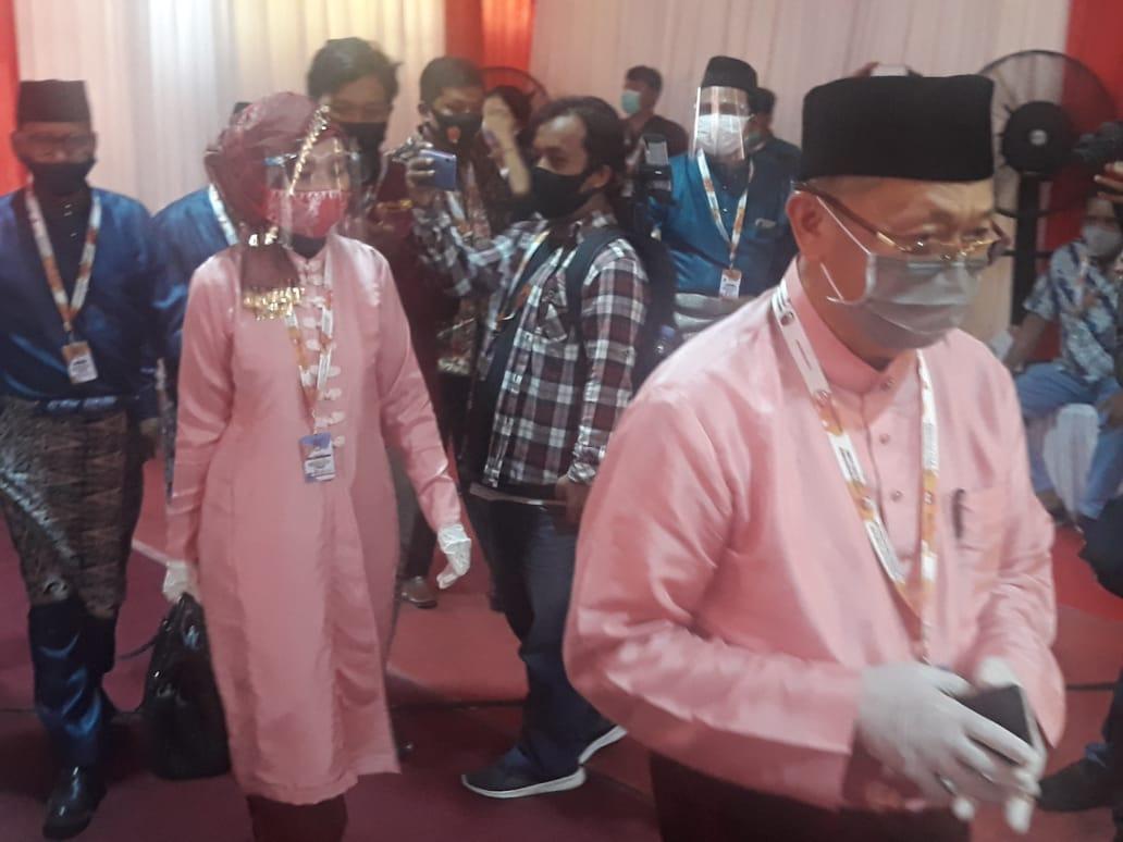 Kenakan Baju Adat, Paslon Gubernur CE -Ratu Tiba di Gedung KPU Provinsi Jambi 2020