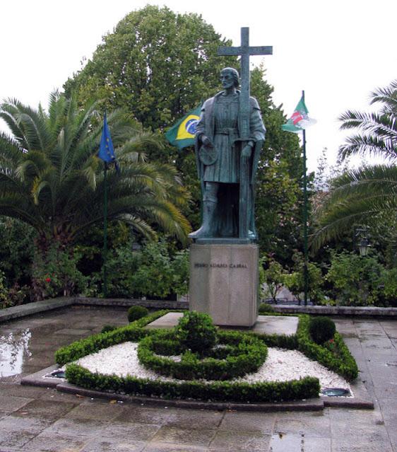 Estárua de Pedro Álvares Cabral no centro da vila de Belmonte