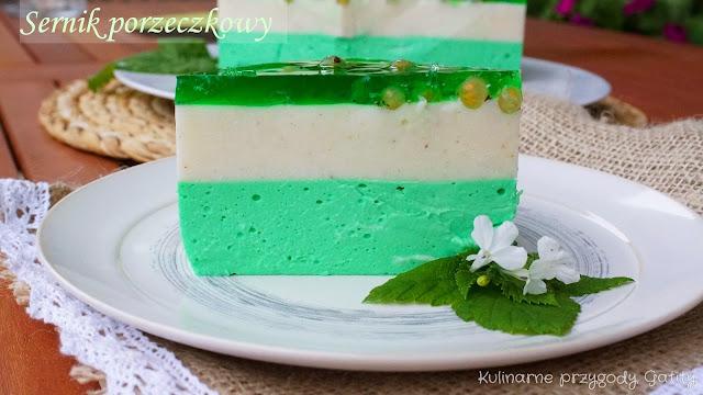 Zielony sernik musem z białej porzeczki