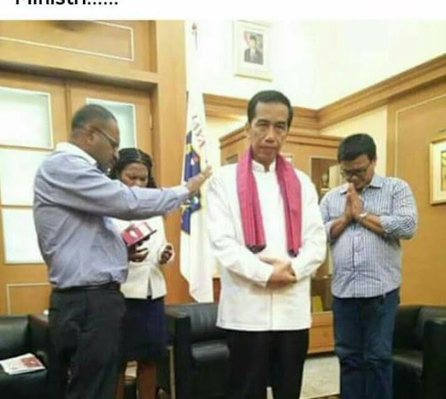 Beredar Foto Seakan Jokowi Beragama 'Kristen' yang Sedang Diberkati Pendeta Max Ebe