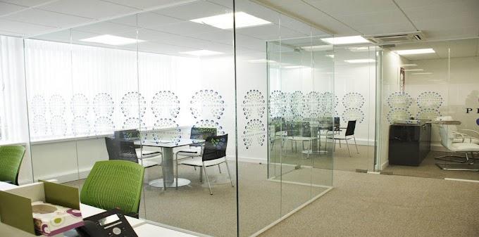 Những tiện ích của các loại vách kính cường lực văn phòng