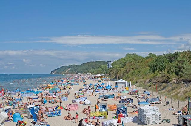 plaża w Międzyzdrojach widok z molo na okolicę miasta