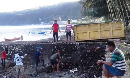 Tim DLHK Selayar, Bersihkan Pantai Bonea