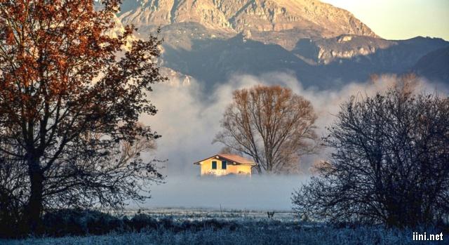 ảnh ngôi nhà lọt thỏm giữa mùa đông