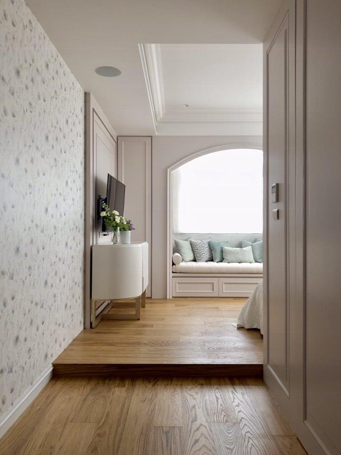 德屋實木海島型地板拿鐵白橡,天然老橡木的色澤紋理,搭配上窗外的光線變化,讓寧靜的空間多了幾分柔媚,使人一走進臥房,視線馬上先被天然木地板吸引!