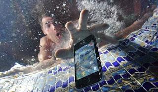 Trucos para recuperar un celular mojado