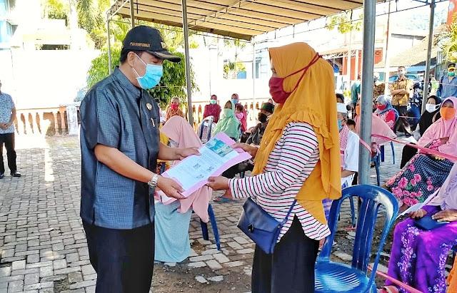 Fud Syaifuddin Serahkan Bansos Tunai Sumbawa Barat ke 8,600 KK Rentan Miskin di Taliwang