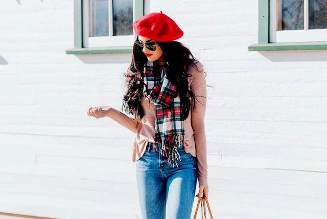 modne dodatki - jesień 2019 - jak ożywić jesienną stylizację - trendy jesień 2019 - apaszki we włosach - kolorowe botki - jak nosić beret - torebka na jesień