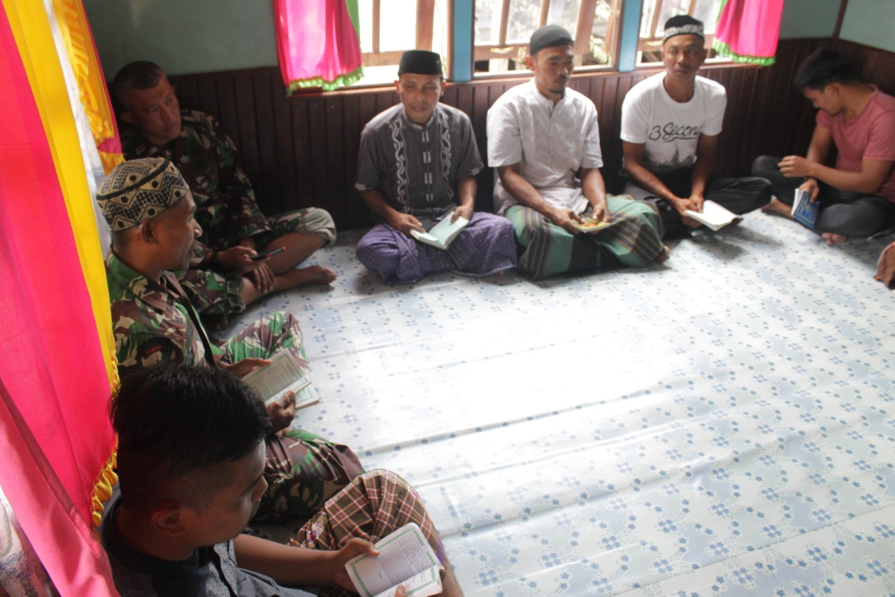 Jalin Silaturahmi, Anggota TMMD Reguler 109 Sintang Doa Bersama Masyarakat