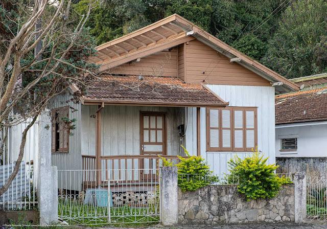 Casa de madeira na Rua Comendador. Lustoza de Andrade, Curitiba