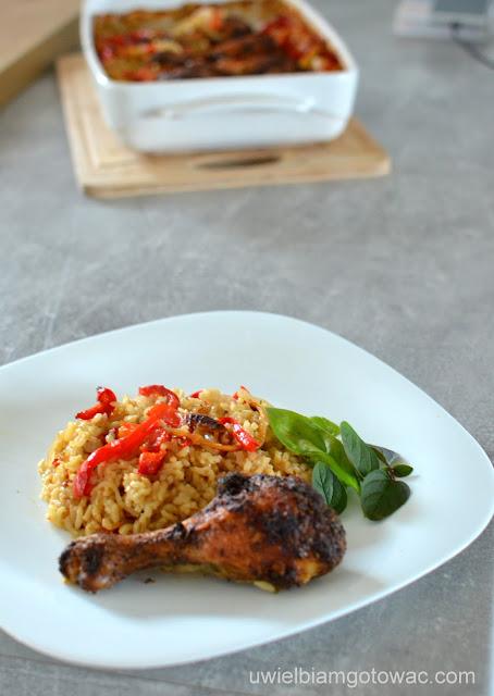 Kurczak pieczony na brązowym ryżu z papryką
