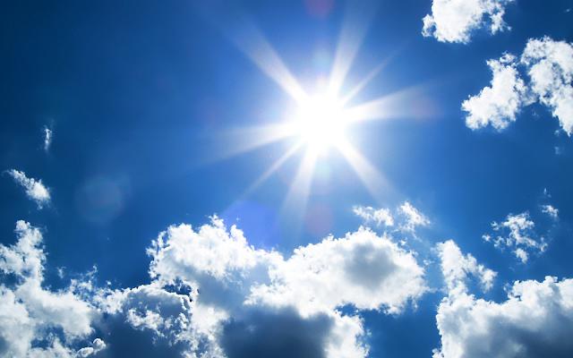 Dưới tác động của ánh nắng mặt trời, nội thất gỗ có thể bị cong vênh hoặc nứt