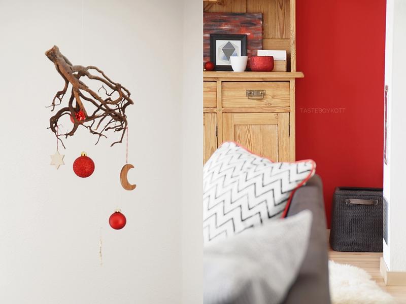Weihnachtsdeko klassisch traditionell modern mit rot, Holz, grau, weiß. Wurzel mit roten Kugeln und Sternen aufhängen und dekorieren.