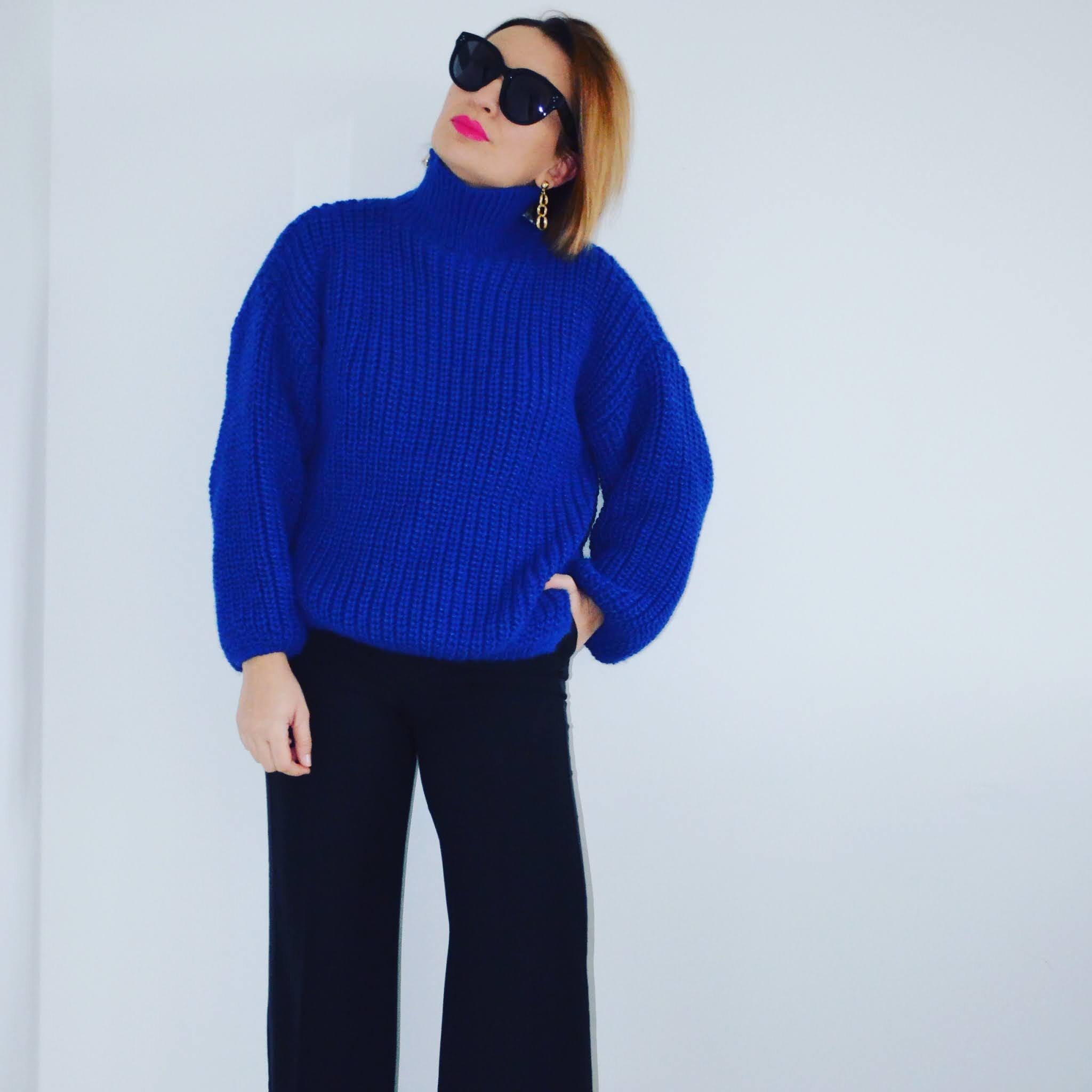 Kobaltowy Swetr Laurella;Laurella Cobalt Sweater;www.adriana-style.com;blogerka modowa 40+;blogerka 40+;styl 40+;kobieta po czterdziestce;spodnie z szeroką nogawką;kobaltowe szpilki;moda;fashion;,