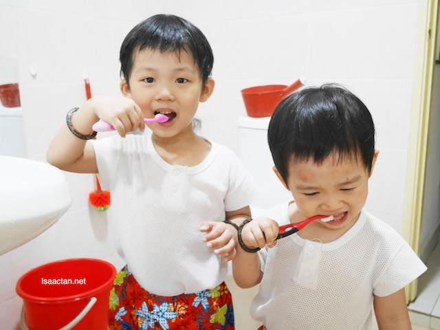 The two boys brushing their teeth with SensiTeeth Kids