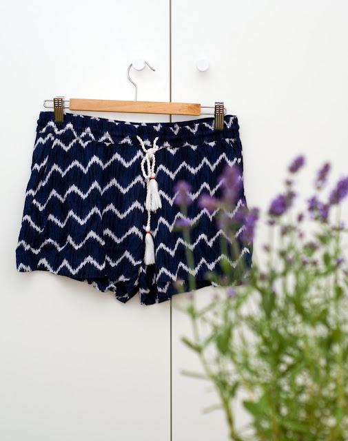 krótkie szorty h&m wyprzedaż niebieskie w białe paski
