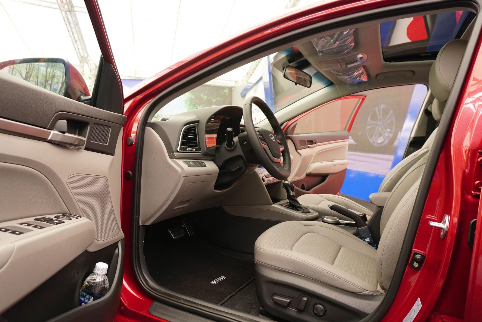 Khoang lái của Hyundai Elantra 2016, bạn có nghĩ đây là một chiếc xe bình dân?