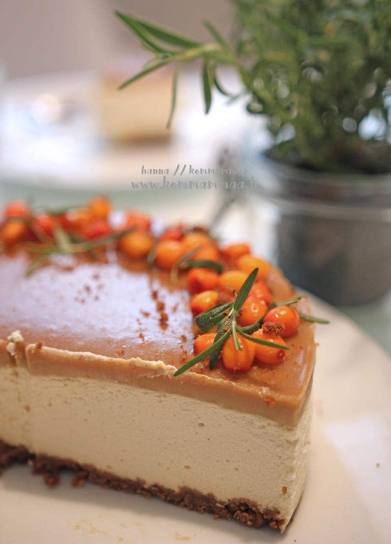 irish cream and coffee juustokakku päällä kinuskikiille tyrnimarjoja ja rosmariinia