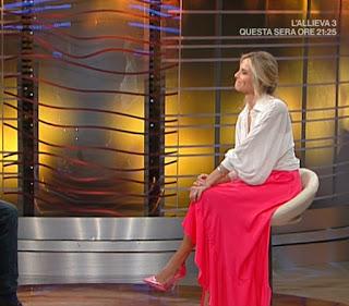 Francesca Fialdini gonna rossa tacchi rosa lucidi