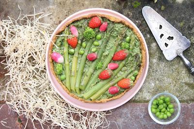 Tarte printanière au pesto d'herbes, asperges et fraises (vegan)