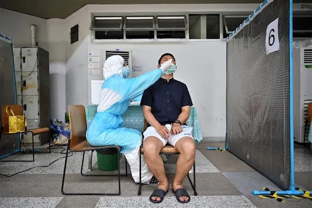 Medical staff take samples for COVID-19 testing for people in Bangkok, Thailand on April 27, 2021. Photo: AFP