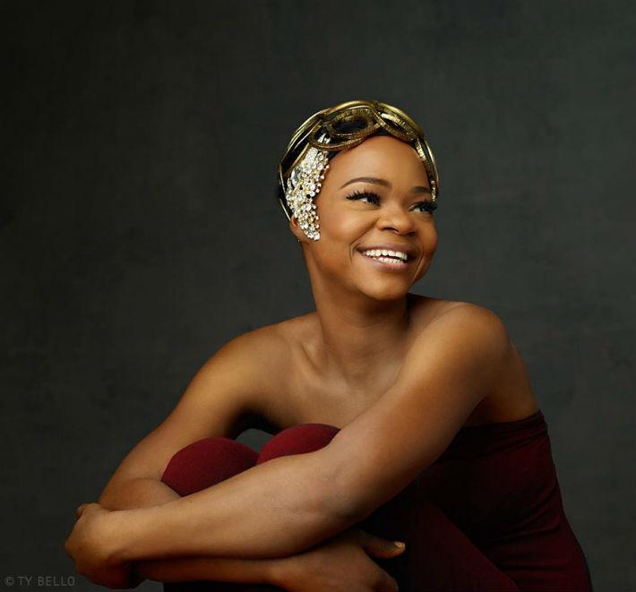 Vendedora de pão nigeriana aparece acidentalmente na foto e consegue contrato de modelo