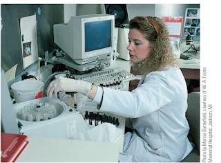 Teknisi bank darah yang bekerja di laboratorium klinis