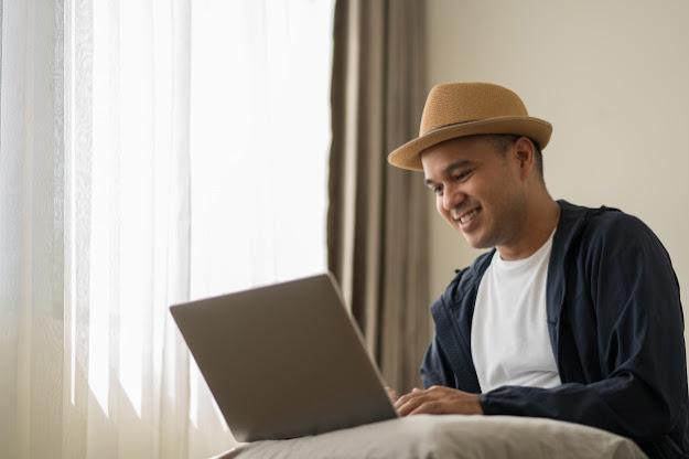 pria Indonesia menggunakan topi bekerja di rumah