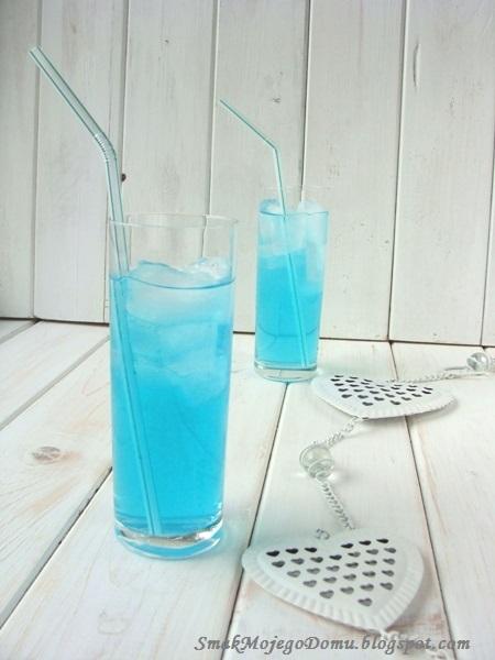 Lazurowy drink z ginem i sokiem limonkowym
