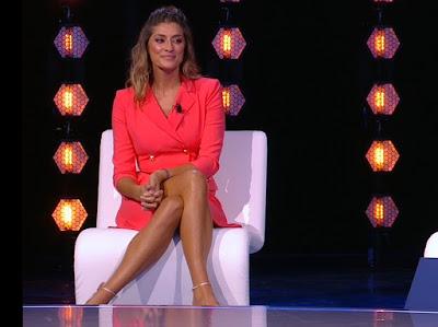 Elisa Isoardi foto abbigliamento vestito colore arancione Isola Dei Famosi 10 maggio