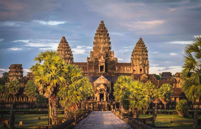Xây dựng với mục đích ban đầu như một ngôi đền Hindu vào thế kỷ thứ 12, quần thể đền thờ Angkor Wat được coi là di tích tôn giáo lớn nhất thế giới, có diện tích 162,6 ha với hơn 100 đền tháp rộng lớn.    Angkor Wat nổi tiếng bởi sự hùng vĩ và hài hòa trong kiến trúc với các bức phù điêu tinh tế và vô số họa tiết trang trí trên tường. Nơi đây đã vinh dự đón nhận danh hiệu Di sản Văn hóa Thế giới do UNESCO công nhận vào năm 1992.
