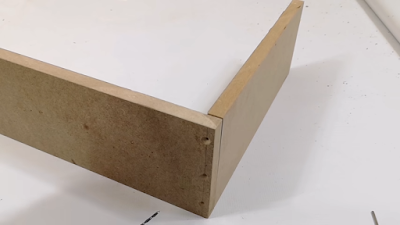 لوح خشبي تم ثقبه 3 مرات لتجميعه مع لوح آخر
