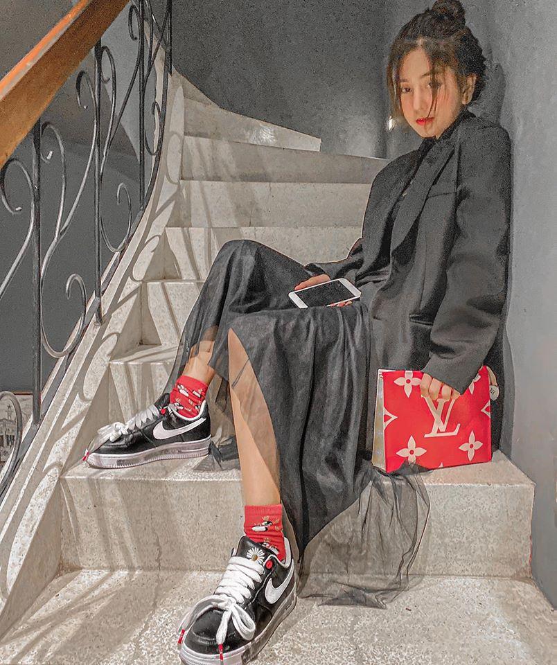 Nữ sinh 19 tuổi hot nhất Sài thành mê sơ mi dài chục cm, được fan hỏi mua tới tấp